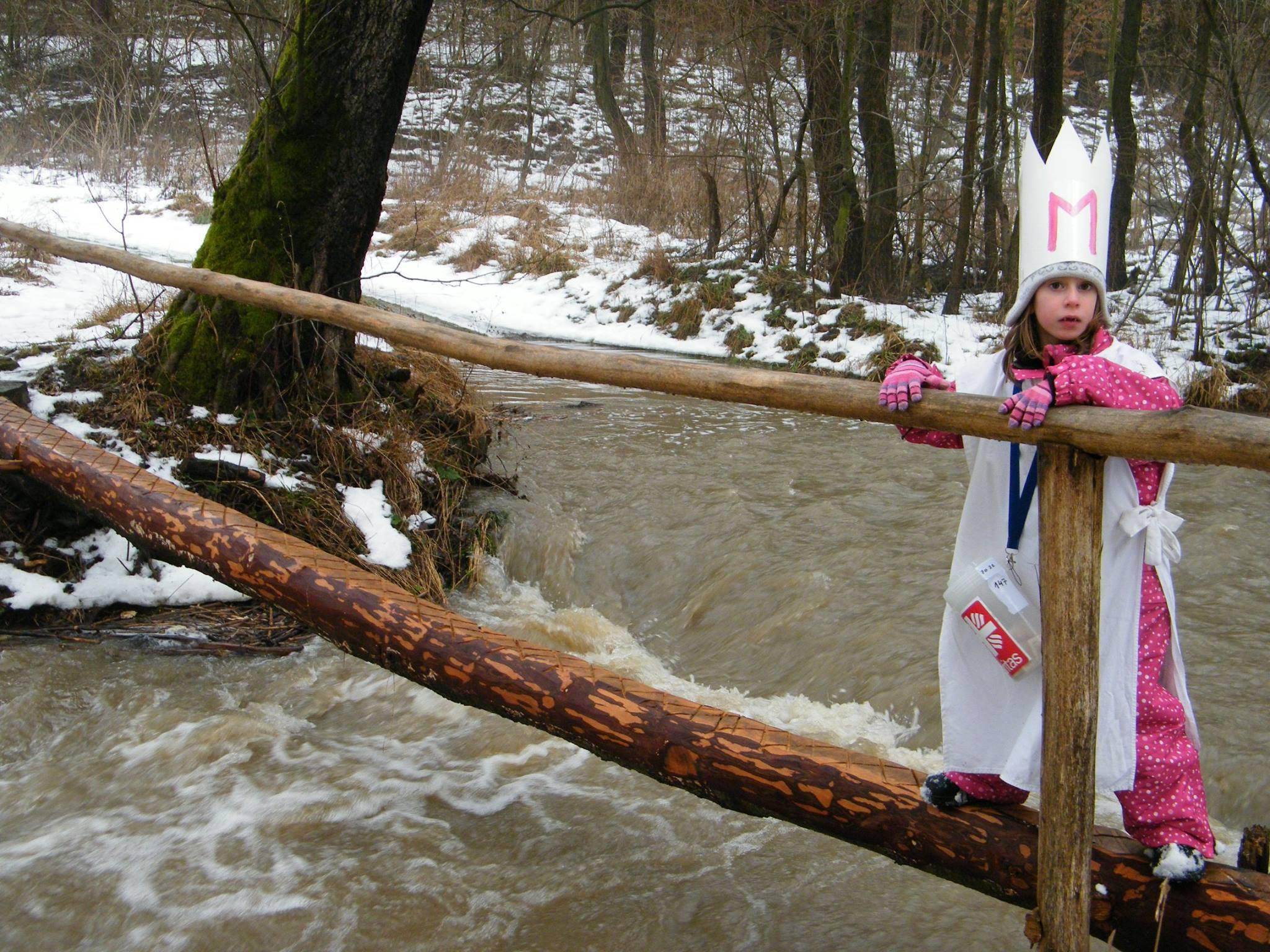 Aby se dostali k jedné chaloupce, museli přejít přes rozvodněný potok, přes kluzkou kládu.